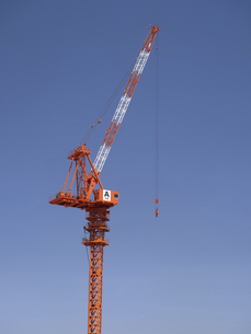 建設現場のクレーンの写真素材 [FYI04869433]