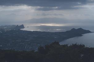 鹿児島県の日本100名山、開聞岳から朝日と長崎鼻を望むの写真素材 [FYI04869553]