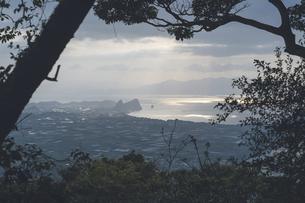 鹿児島県の日本100名山、開聞岳からの朝日と絶景の写真素材 [FYI04869569]