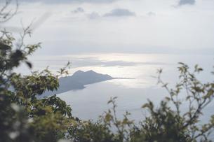 鹿児島県の日本100名山、開聞岳から長崎鼻を望むの写真素材 [FYI04869576]