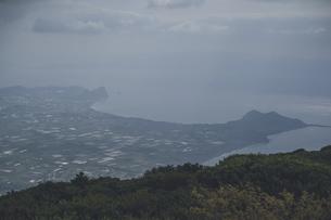 鹿児島県の日本100名山、開聞岳山頂からの眺めの写真素材 [FYI04869603]
