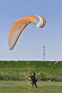 モーターパラグライダーの離陸準備の写真素材 [FYI04869636]