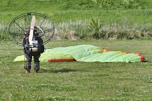 モーターパラグライダーの離陸準備の写真素材 [FYI04869637]