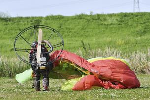 モーターパラグライダーの離陸準備の写真素材 [FYI04869638]