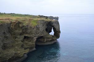 沖縄 万座毛風景の写真素材 [FYI04869665]