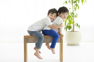 イスに座ってはしゃぐ子どもたちの写真素材 [FYI04869699]