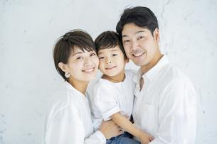 笑顔で並ぶ親子の写真素材 [FYI04869718]