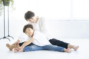 親子ヨガの写真素材 [FYI04869722]