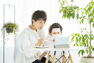 オンラインで診察を受ける親子の写真素材 [FYI04869728]