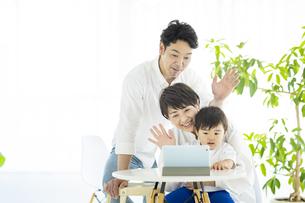 タブレットPCを使って、オンラインコミュニケーションをする親子の写真素材 [FYI04869748]
