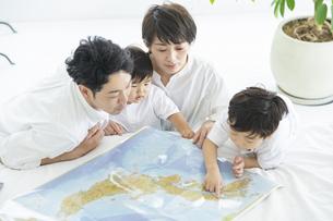 地図を使って楽しく勉強する親子・地図を使って旅行の計画を立てる親子の写真素材 [FYI04869803]