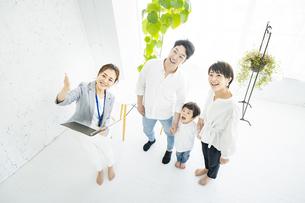 不動産の業者からインテリアの説明を受ける家族の写真素材 [FYI04869808]