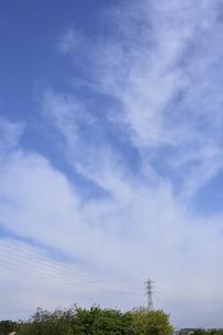 鉄塔から湧き出ているように見える雲の光景の写真素材 [FYI04869977]