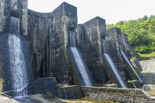 迫力の豊稔池ダム(香川県観音寺市)は、現存する日本最古の石積式マルチプルアーチダムの写真素材 [FYI04870040]