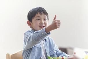 ダイニングで食事をする男の子の写真素材 [FYI04870058]