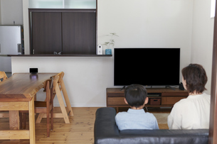 リビングでテレビを見る親子の写真素材 [FYI04870066]