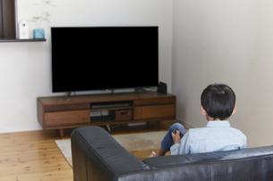 リビングでテレビを見る男の子の写真素材 [FYI04870069]