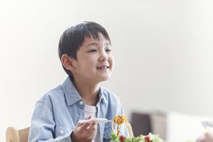 ダイニングで食事をする男の子の写真素材 [FYI04870083]