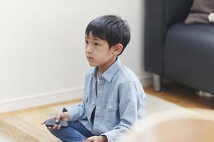 リビングでテレビを見る男の子の写真素材 [FYI04870089]