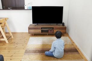 リビングでテレビを見る男の子の写真素材 [FYI04870092]