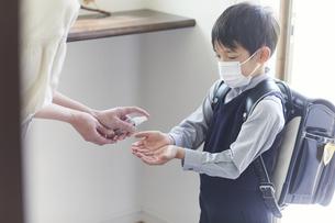 アルコール消毒をする男の子と母親の手元の写真素材 [FYI04870093]