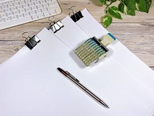 ビジネスイメージ 書類とハンコの写真素材 [FYI04870145]