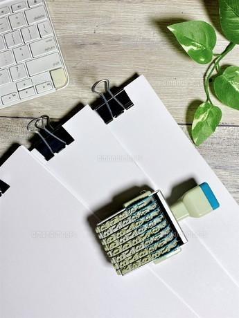ビジネスイメージ 書類とハンコ 縦位置の写真素材 [FYI04870146]