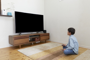リビングでゲームをする男の子の写真素材 [FYI04870250]