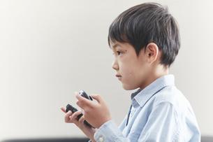 リビングでゲームをする男の子の写真素材 [FYI04870251]