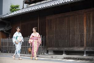 古民家を散歩する浴衣女性2人の写真素材 [FYI04870713]