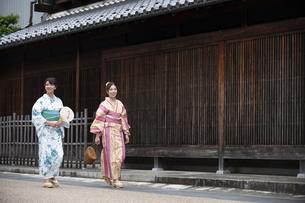 古民家を散歩する浴衣女性2人の写真素材 [FYI04870714]