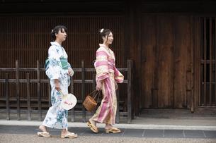 古民家を散歩する浴衣女性2人の写真素材 [FYI04870715]