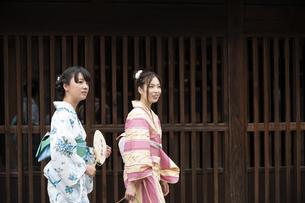 古民家を散歩する浴衣女性2人の写真素材 [FYI04870716]