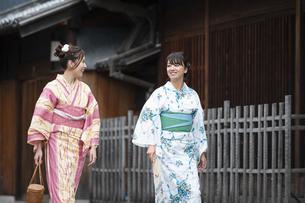古民家を散歩する浴衣女性2人の写真素材 [FYI04870717]