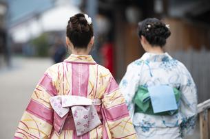 古民家を散歩する浴衣女性2人の写真素材 [FYI04870718]