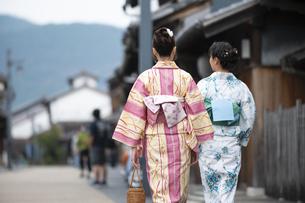 古民家を散歩する浴衣女性2人の写真素材 [FYI04870719]