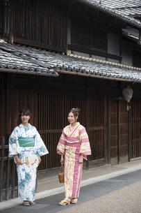 古民家を散歩する浴衣女性2人の写真素材 [FYI04870720]