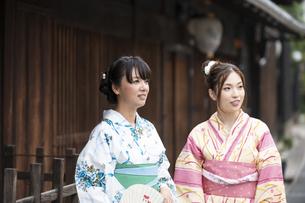 古民家を散歩する浴衣女性2人の写真素材 [FYI04870722]