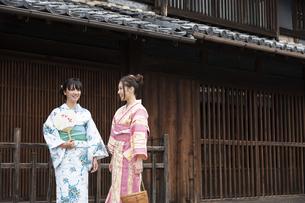 古民家を散歩する浴衣女性2人の写真素材 [FYI04870724]