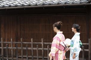 古民家を散歩する浴衣女性2人の写真素材 [FYI04870726]