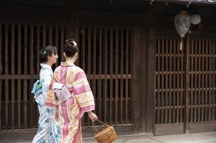 古民家を散歩する浴衣女性2人の写真素材 [FYI04870727]