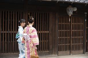 古民家を散歩する浴衣女性2人の写真素材 [FYI04870728]