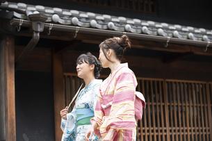 古民家を散歩する浴衣女性2人の写真素材 [FYI04870729]