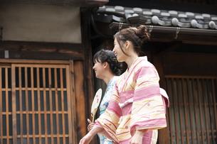 古民家を散歩する浴衣女性2人の写真素材 [FYI04870730]
