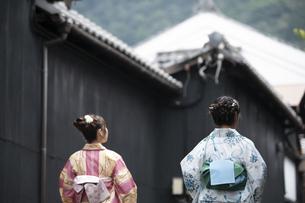 古民家を散歩する浴衣女性2人の写真素材 [FYI04870731]