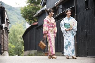 古民家を散歩する浴衣女性2人の写真素材 [FYI04870732]