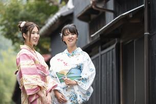 古民家を散歩する浴衣女性2人の写真素材 [FYI04870734]