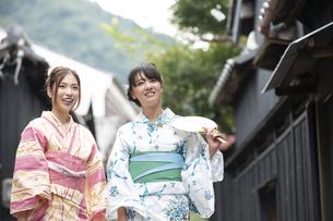 古民家を散歩する浴衣女性2人の写真素材 [FYI04870737]