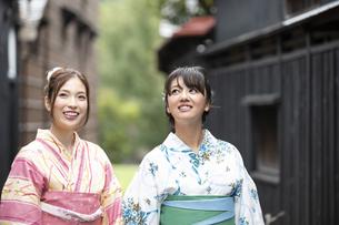 古民家を散歩する浴衣女性2人の写真素材 [FYI04870738]