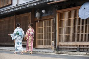 古民家を散歩する浴衣女性2人の写真素材 [FYI04870740]